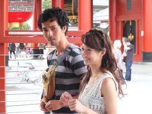 浅草寺にて。モギサンを演じる中野裕太(左)と、リンちゃんを演じる簡嫚書(右)