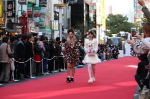 澀谷封街辦秀,由當地服裝品牌店員實際示範穿搭走秀