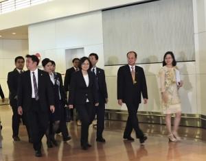 駐日代表沈斯淳(右2)到機場迎接民進黨主席,同時也是民進黨總統候選人蔡英文(右3)