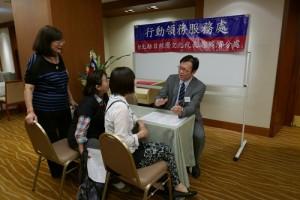 駐橫濱辦事處在靜岡縣三僑會舉辦國慶活動的現場,設置行動領務櫃台服務當地僑民