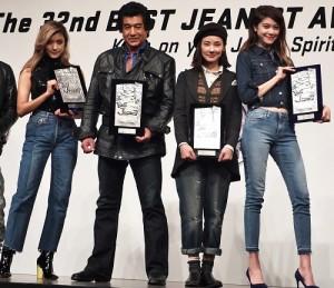 左起為Rola、藤岡弘、吉田羊和森星等人獲頒2015年最佳牛仔褲獎