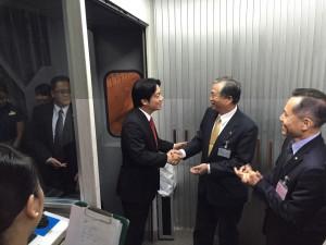 台南市長賴清德踏出飛機門,與駐大阪辦事處處長蔡明耀緊緊握手,同為兩地交流打拼。