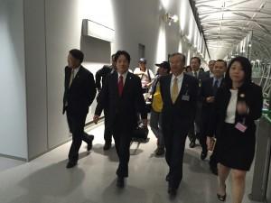 賴市長搭乘首班直航飛機抵達大阪。