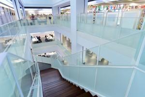 階段は吹き抜けになっており、光が入り込むように工夫(提供:図書館流通センター)