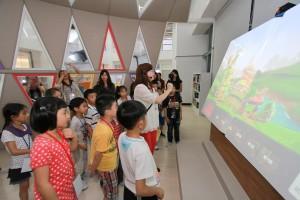 大画面を使った子供たちへの対話式読み聞かせ会の様子(提供:新北市立図書館)