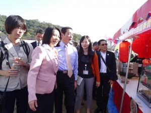 台北市副市長周麗芳向愛媛縣縣長中村時廣介紹台灣美食