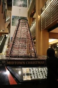 東京中城商城內有裝飾超過1800個聖誕老公公的聖誕樹
