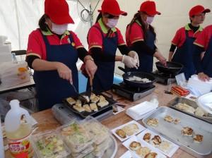 大阪佛光山準備素食米粉、蘿蔔糕與民眾結緣