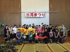 駐大阪辦事處領務秘書鄭如君在廣島縣福山市台灣祭中提供領務服務並和僑民互動