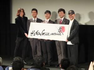 「ガンダム GLOBAL CHALLENGE」の第一次選考に選ばれ表彰された国立台湾大学の非常勤准教授である江明勲氏(写真中央)。表彰者の両端を囲むのはアニメ「機動戦士ガンダム」の総監督である富野由悠季氏(右)と、授賞式でプレゼンターを務めたロックバンド・X JAPANのギタリスト・SUGIZO(左)