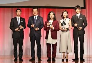 左起為:夕張市市長鈴木直道、HIS代表澤田秀雄、作家又吉直樹、女星吉田羊和男星松坂桃李,出席2015年最佳服裝獎頒獎典禮