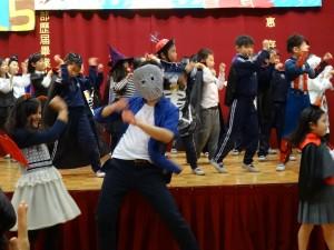 替代役教師段凱元帶上面具與學生合演熱舞