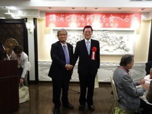 會長川合通夫感謝台灣觀光局大阪事務所所長林俊慧為會員專題演講台灣的最新魅力』