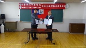國立台灣體育運動大學進修推廣主任聶喬齡(左)代表該校運動教育學院,於11月14日和橫濱中華學院簽署合作備忘錄