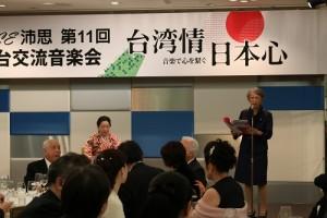 當天稍晚的餐會上,前駐日代表許世楷夫人盧千惠(右)在台上朗誦自己所寫的童謠《我相信》