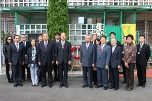銘傳大學訪團特別向國父銅像獻花,駐橫濱辦事處處長粘信士(前排右4)特別出席與會