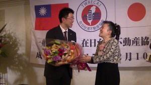 左:協會副會長 浜田裕子感謝行政書士 西村誠司為與會來賓進行講座