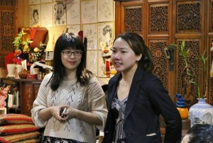中華民國東京留日同學會會長張雅婷(左)介紹新任會長陳瀅(右)