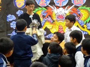 團長趙金統讓同學們近距離欣賞變臉