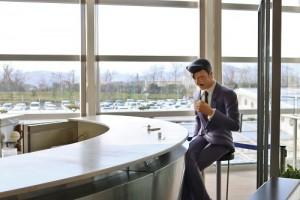毛利小五郎獨自坐在咖啡店的場景也在機場內重現(©Gosho Aoyama/Shogakukan )