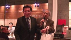 左:華緣會長賴浩生提供獎品抽獎
