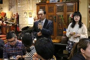 橫濱中華學校校長馮彥國(左)認為留學生可協助補強僑生的課後輔導