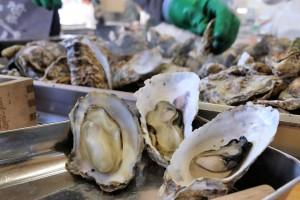 宮城縣是日本全國牡蠣產量第2位的產地,以松島為中心的沿岸盛行牡蠣養殖,所以在松島的朝市可以吃到新鮮的牡蠣餐點