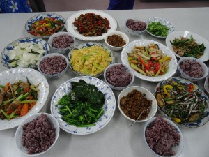 桐花享苑準備多樣道地客家料裡、台菜與學員分享