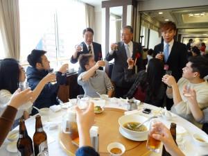 駐大阪辦事處處長蔡明耀與文教組秘書羅國隆 巡桌勉勵各校同學