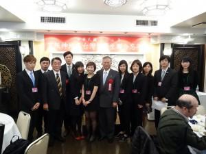 駐大阪辦事處處長蔡明耀(中)、文教組秘書羅國隆(左3)與各校代表同學合影