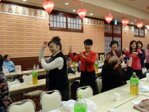 蔡處長夫人(左2)與僑胞共舞同樂