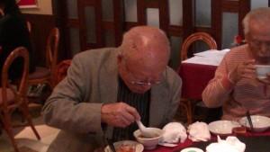 八十八歲吳正男先生品嘗佛跳牆