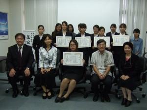 駐那霸辦事處處長蘇啟誠(前排右2)與參賽學生和評審合影