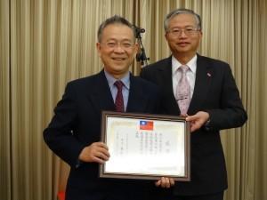 西日本台灣醫人同鄉會會長竜江健一(左)協助駐館急難救助,獲頒贈感謝狀