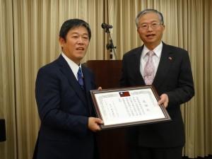 京都華僑總會會長魏禧之代表副會長黃俊清領取感謝狀