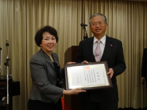 京都華僑總會副會長沈幸齡因協助駐館急難救助 獲贈感謝狀