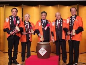 鏡開きをする台湾交通部観光局の謝謂君局長(左1)、日本旅行業協会の田川博己会長(右2)、台北駐日経済文化代表処の沈斯淳代表(右1)