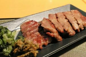 鮮嫩的舌肉烤起來香氣十足,業者選用牛舌部位少有的芯部,吃起來更有口感,是造訪仙台的饕客必嘗餐點