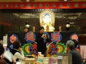 金宇園掌中戲劇團 團長趙金統向僑胞介紹傳統布袋戲