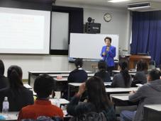 台湾の大学進学について説明する台湾留学サポートセンターの安蒜順子センター長