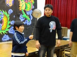 金宇園掌中戲團長趙金統讓大阪中華學校同學體驗轉盤子