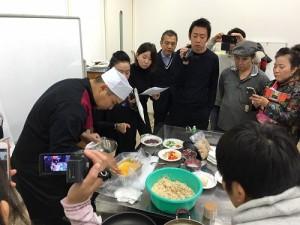 許多關西地區的餐飲業者都到場仔細記錄著主廚示範台南傳統料理作法