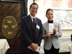 東京中華學校副理事長暨近大校友會在日中華民國支部會長張碧華贈寄付金給大阪中華學校