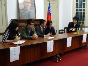座談會上,神戶大學副教授樋口大祐(右1)擔任影片解說,並向出席兩位導演張凱智(左2)黃靖閔(右2)提問