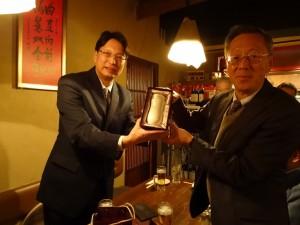 駐大阪辦事處新處長張仁久(左)贈神戶華僑總會會長陸超見面禮
