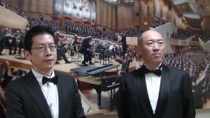 左:高醫校友合唱團團長黃欽盛與指揮汪清劭讚賞日本演出環境