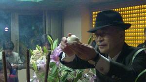 日本信眾保泉正則學到了拿貢品壽桃過爐