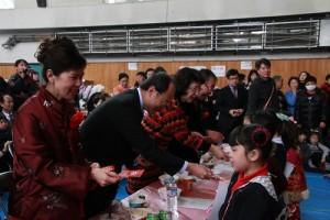 來賓特別發紅包給小一和小二學學生