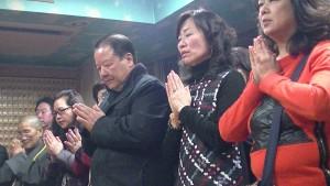 媽祖廟董事長詹德薰〈右3〉代表連昭惠〈右2〉與信眾們虔誠祝禱