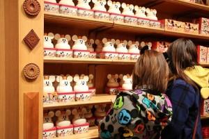 鏡餅造型包裝的仙貝商品吸引民眾的目光